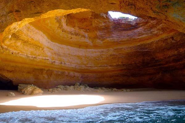 Természet alkotta szikladóm a portugál tengerparton